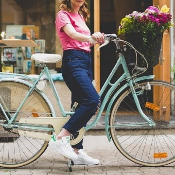 На разходка с ретро колело, ярка тениска и любимите ни Stan Smith