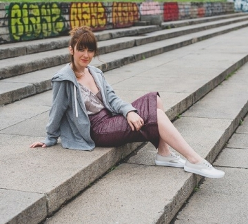 Небрежни със суитшърт, блестящ топ, пола и спортни обувки