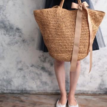 33 стайлинг идеи как да носите актуалната плетена чанта