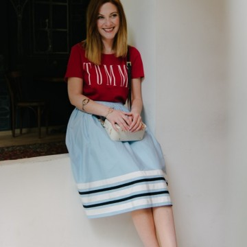 С тениска, морска пола, градски бижута и ефектна чанта