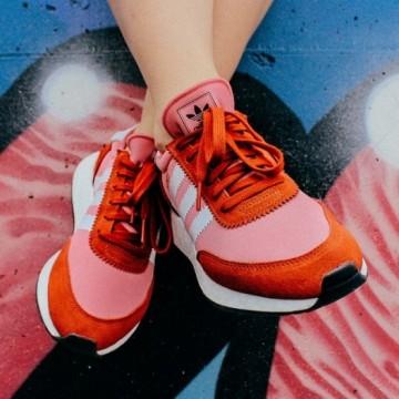 Находка на деня: Цветни маратонки Adidas Originals в ретро стил