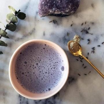 Какво е лунно мляко и защо Instagram започна да се пълни с него