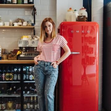 С джинси с камъчета, червено райе и часовник за акцент