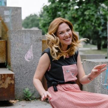 С тениска върху розова плисирана рокля и точните кецове