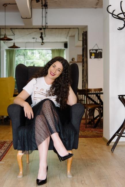"""Лято в града:  с черна плисирана пола и лачени обувки тип """"стилето"""""""