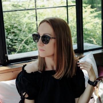 Как една малка черна рокля започна афера с точно тези слънчеви очила