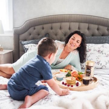 Утрин с аромат на палачинки, любов и кафе