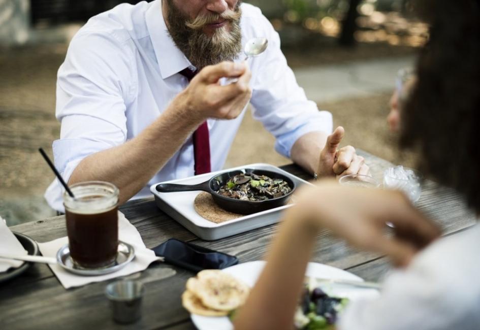 Как да се храним пълноценно на работа и в училище: 3 основни стъпки