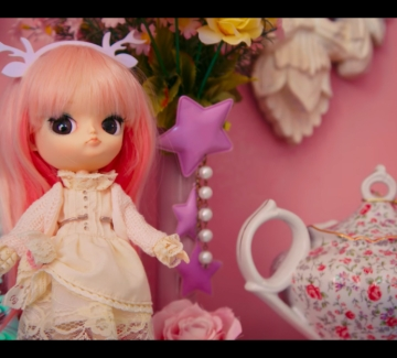 Домът ми е кукленска къща, а животът ми е розов. А вашият?