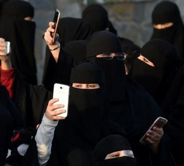 Саудитските мъже имат нов технологичен инструмент да репресират жените си