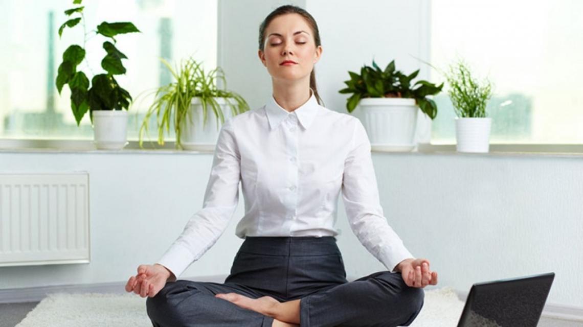 5 йога пози, достъпни от комфорта на собствения ви стол