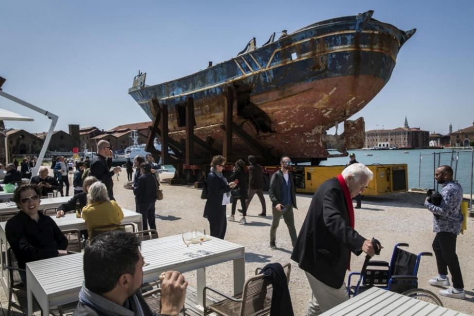 Лодката-ковчег - скандалната арт провокация на Венеция