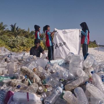 Как Adidas продължава да използва... пластмаса