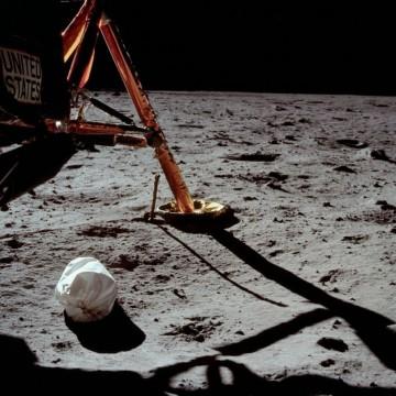 Оставил ли е Нийл Армстронг торба с боклук на Луната?