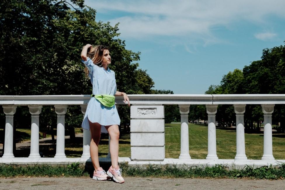 """Усещане за безгрижие в града с рокля тип """"риза"""" и розови маратонки"""