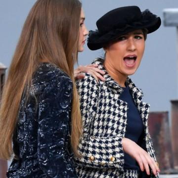 Кое е момичето, което се качи неканено на подиума на Chanel?