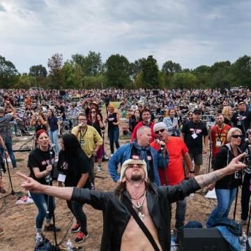 Епично: 500 музиканти изпълняват заедно Personal Jesus на Depeche Mode