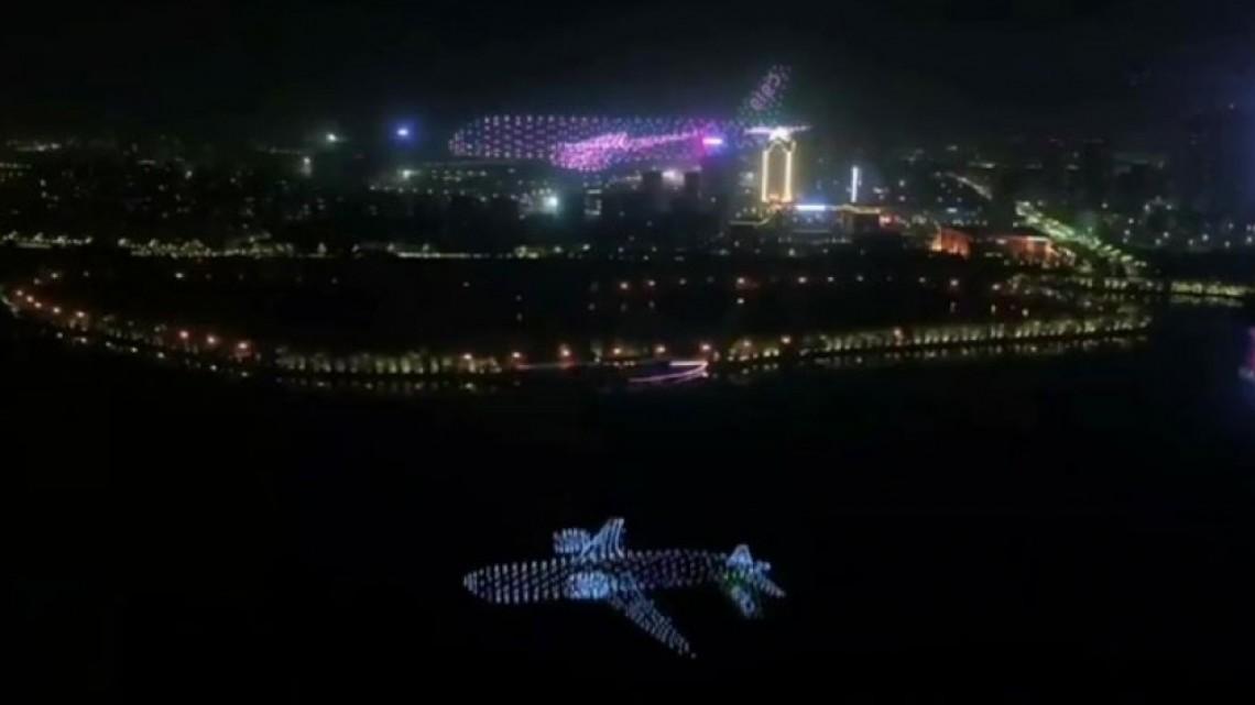 """Невероятен """"призрачен самолет"""" заблестя в небето на Китай"""