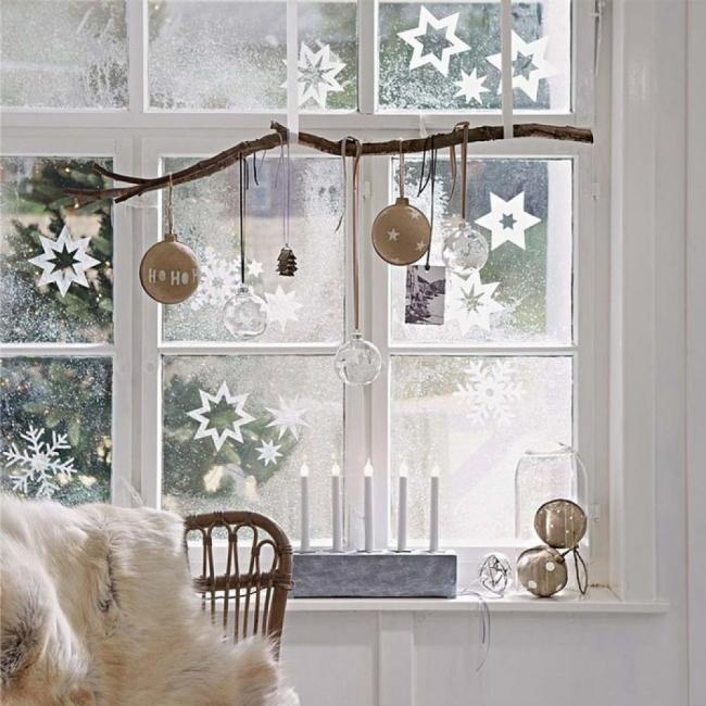 Коледна украса за прозорците: да внесем уют у дома