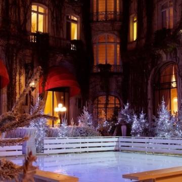 В парижкия Hôtel Plaza Athénée откриха приказна ледена пързалка