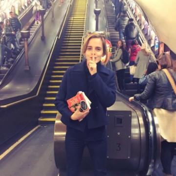 Защо Ема Уотсън крие книги из Лондон?