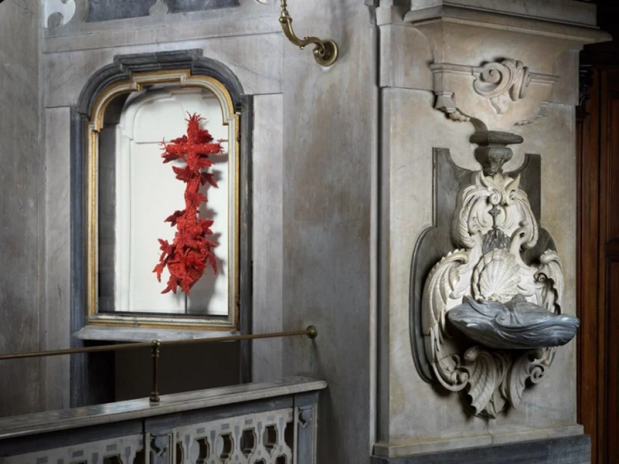 Коралови скулптури украсиха известна църква в Неапол