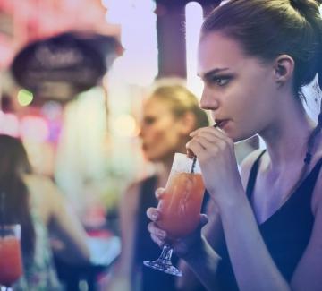 Защо милениалите пият по-малко?