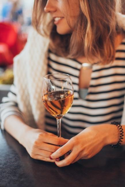 Какво искат жените? Един час спокойствие, диван и чаша вино