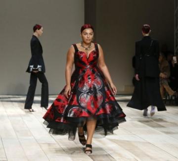 Alexander McQueen с plus size модели на шоуто в Париж