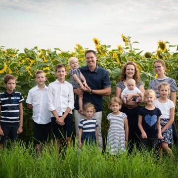 Десет деца са малко - семейството на световния шампион Мартон Йоб