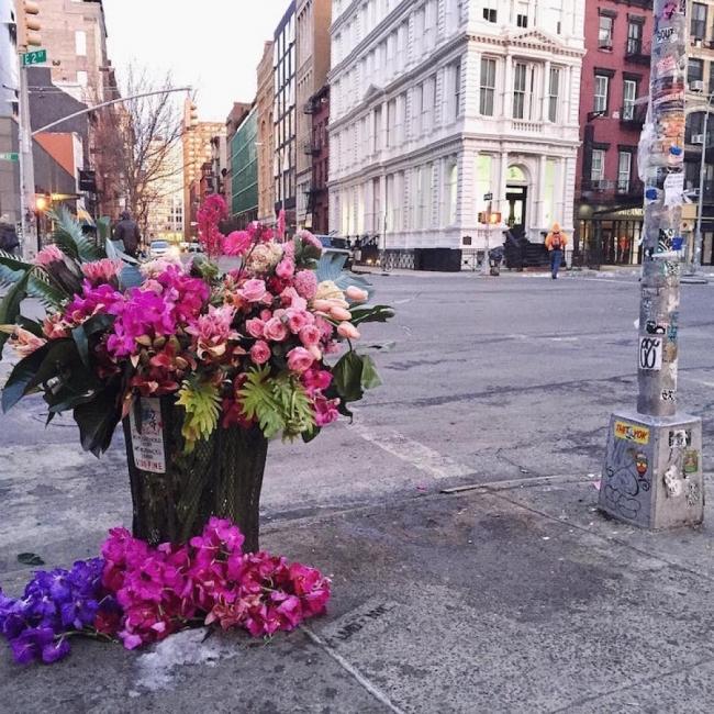 Нюйоркски дизайнер превръща кошчета за болкук във вази
