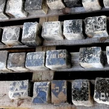 Фрагменти от еврейски надгробни паметници намерени в Прага