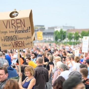 Хиляди германци протестират срещу ограничителните мерки, а заразата расте
