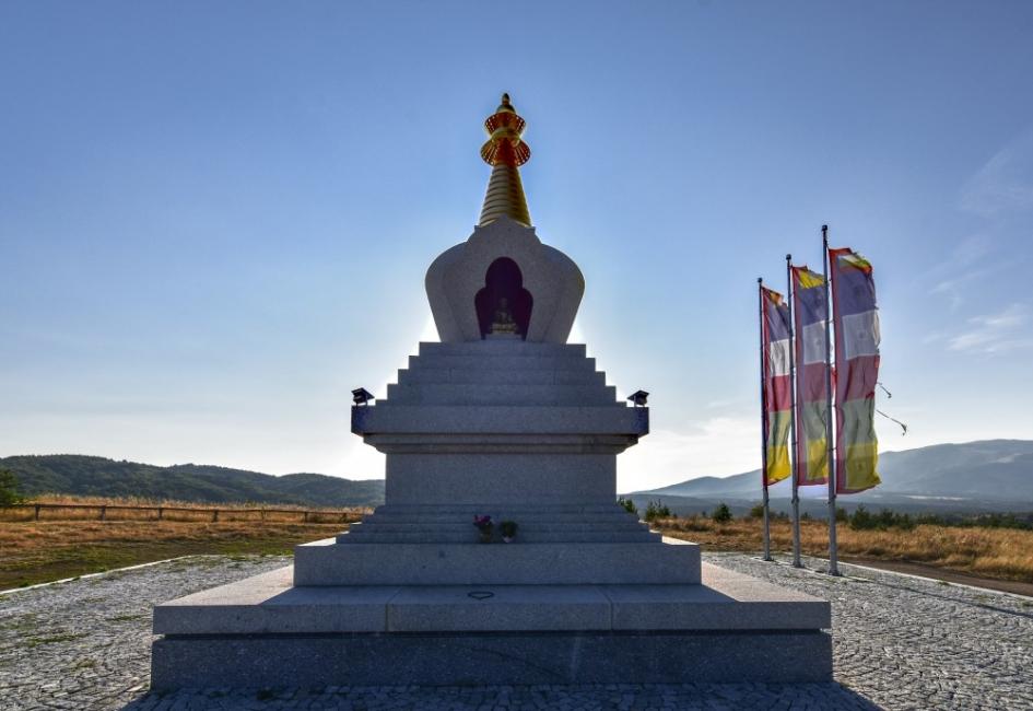 """Една от Софийските """"отбивки"""" - будистката ступа в с. Плана"""