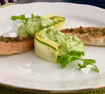 Зелена тарама с босилек и билкови хлебчета