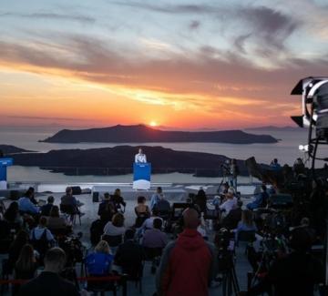 """Гръцкият премиер от Санторини: """"Страната ни е готова да посреща туристи"""""""
