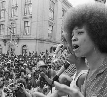 """Анджела Дейвис: """"Знаехме, че ролята на полицията е да защитава надмощието на белите"""""""
