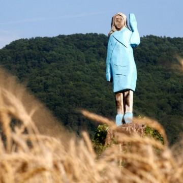 Омразата срещу статуите: и дървената Мелания Тръмп изгоря