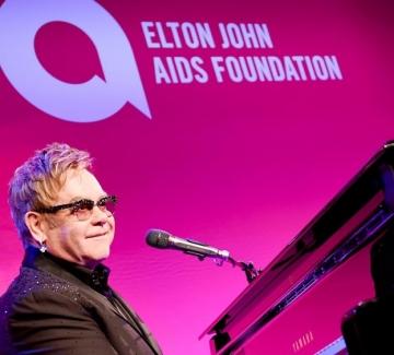 Елтън Джон и съпругът му даряват $25 млн. за борба с ХИВ