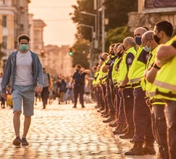 Битият студент Евгени Марчев: Полицаите унижаваха всички, особено момичето!