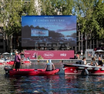 На кино по река Сена