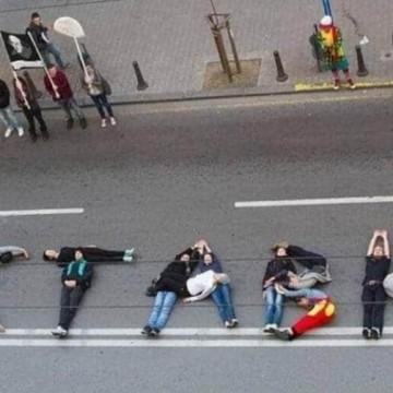 Шапки долу за протестиращите! Каскети долу за властта!
