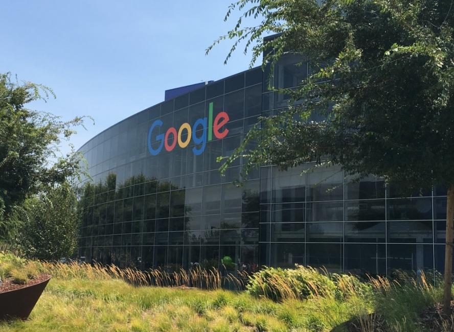 Служителите на Google ще работят от вкъщи поне до другото лято