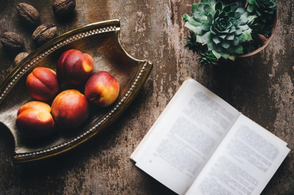 4 книги с поезия, които четем през лятото