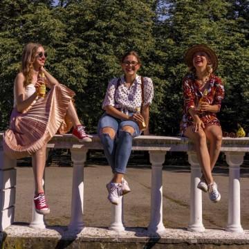 Време е за среща с приятели в парка. Не е ли страхотно?