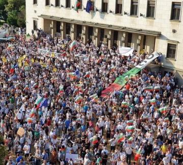 Депутатите си тръгнаха, а насилието на протеста ескалира