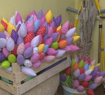 Цветните лалета на Ваня и Криси - изработени със смисъл и много любов