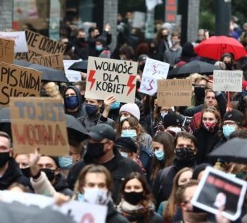 Гневът на полските жени притиска властта